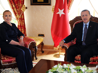 Handout photo obtained from the Turkish Presidential Office shows US Secretary of State Hillary Clinton (L) and Turkish Prime Minister Recep Tayyip Erdogan (AFP Photo)