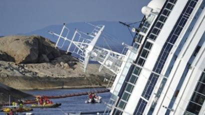 Rescuers and divers work near the stricken cruise liner Costa Concordia lying aground in front of the Isola del Giglio (Giglio island) on January 26, 2012 after hitting underwater rocks on January 13 (AFP Photo / Filippo Monteforte)