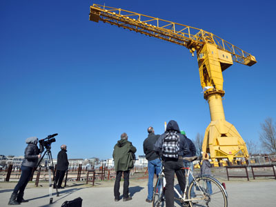 French fathers climb 40-meter-high cranes, demand right to see their children (PHOTOS)