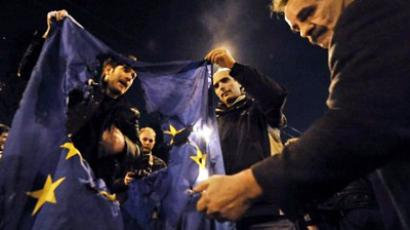 Demonstrators burn an EU flag near the EU offices in Athens (AFP Photo / Louisa Gouliamaki)