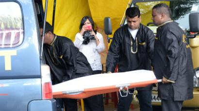 The body of the dead Indian gang-rape victim wrapped in white shroud arrives at a funeral parlour for embalment in Singapore on December 29, 2012 before being flown back to India (AFP Photo / Roslan Rahman)