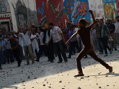Egyptians government supporters throw stones at opponents of the Muslim Brotherhood and President Mohamed Morsi during clashes in Tahrir square in Cairo on October 12, 2012 (AFP Photo / Khaled Desouki)