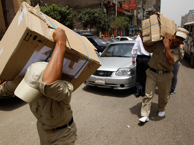 Egyptian soldiers carry boxes containing ballots a day before the presidential election in Cairo May 22, 2012 (Reuters/Ammar Awad)