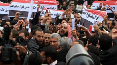 Supporters of Egypt's Salafist Al-Nur party shout slogans outside the parliament in Cairo on January 23, 2012 (AFP Photo / MAHMUD HAMS)