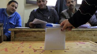 An Egyptian woman casts her ballot at a parliamentary polling station in Cairo (AFP Photo / MAHMUD HAMS)