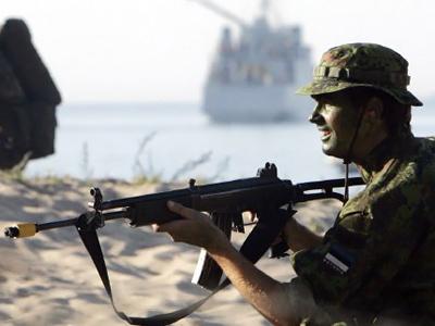 An Estonian soldier holds his rifle as he takes part in the Erna Raid in Tallinn (AFP Photo / Raigo Pajula)