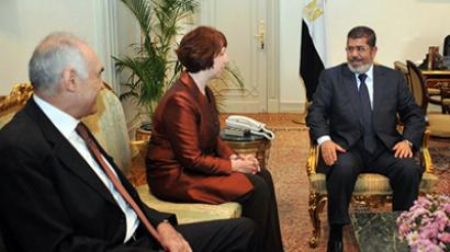 A handout picture released by the Egyptian presidency shows Egyptian President Mohamed Morsi (R) and his foreign minister Mohamed Kamel Amr (L) meeting with  EU foreign policy chief Catherine Ashton (C) at the presidential palace in Cairo, on November 14, 2012. (AFP Photo)