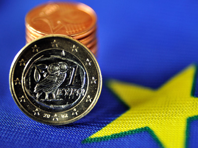 1 euro coin made in Greece and a pile of eurocents displayed on the European flag. (AFP Photo / Philippe Huguen)