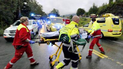 Norway, Utoya: Rescue workers evacuate a wounded person from the summer school meeting organised by the ruling Labour Party on Utoeya, an island outside the capital, on July 23, 2011 (AFP Photo / Morten Edvarsen)