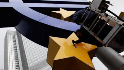 Workers maintain the huge Euro logo in front of the headquarters of the European Central Bank (ECB) in Frankfurt, December 6, 2011 (Reuters / Ralph Orlowski)
