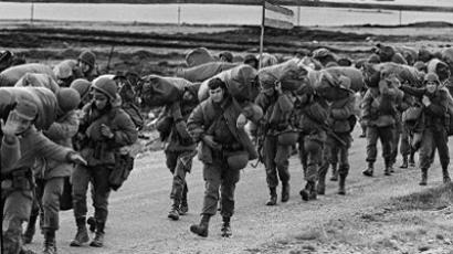 Argentine soldiers in their way to occupy the captured Royal Marines base in Puerto Argentino/Port Stanley, a few days after the Argentine military dictatorship seized the islands Malvinas/Falklands (AFP Photo / Daniel Garcia)