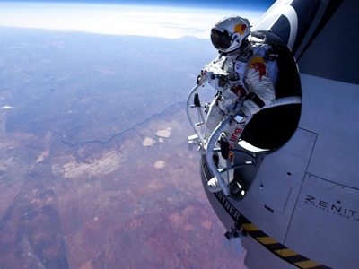 Baumgartner sets world record for highest and fastest ever freefall with 39km skydive (Image from twitter user@57UN)