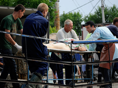 Bodies of floods victims are transported from a local mortuary to a truck in the town of Krymsk on July 8, 2012 (AFP Photo / Mikhail Mordasov)