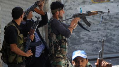 Members of the Free Syrian Army (FSA) shoot at advancing government troops in the al-Jadeida neighbourhood, in the Old City of Aleppo, on August 21, 2012. (AFP Photo/Phil Moore)