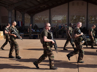 French soldiers walk past a hangar they are staying at the Malian army air base in Bamako January 14, 2013.(Reuters / Joe Penney)