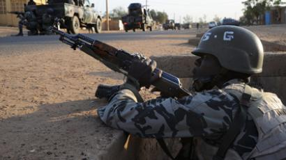 Malian soldiers stand guard on February 10, 2013 in the Malian northern city of Gao (AFP Photo / Pascal Guyot)