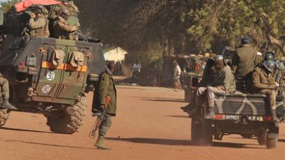 French and Malian soldiers arrive in the city of Diabaly on January 21, 2013 (AFP Photo / Issouf Sanogo)