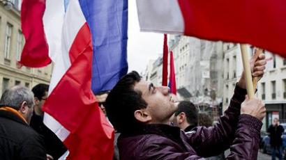 Paris : Armenian people demonstrate near the French Senate to support today's vote session for a bill criminalizing the denial of the Armenian genocide on January 23, 2012 in Paris. (AFP Photo / Fred Dufour)