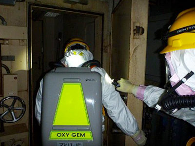 This handout picture, taken by Tokyo electric Power Co (TEPCO) on May 18, 2011 shows workers entering the unit 2 reactor building of TEPCO's Fukushima Daiichi nuclear power plant (AFP Photo / HO / TEPCO)