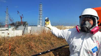 A journalist checks radiation level with her dosimeter before stricken Tokyo Electric Power Co (TEPCO) Fukushima Dai-ichi nuclear power plant at Okuma town in Fukushima prefecture, northern Japan (AFP Photo / Yoshikazu Tsuno)
