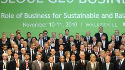 Heads of business pose for a family photo during a 'Green Growth' session of the G20 Business summit in Seoul on November 11, 2010 (AFP Photo / Pool / Hoang Dinh Nam)