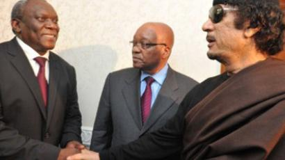 South African President Jacob Zuma (C) meeting with Libyan leader Muammar Gaddafi (R) on May 30 during his one-day visit to Tripoli (AFP Photo)
