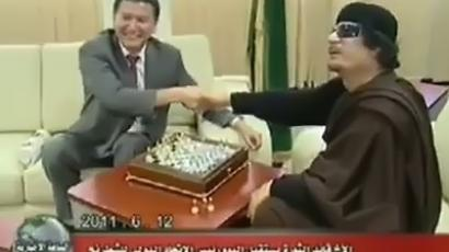 An image grab taken from Libyan state television on June 13, 2011 shows Libyan leader Muammar Gaddafi playing chess with the head of the World Chess Federation in Tripoli on June 12, 2011. (AFP Photo/Libyan TV)