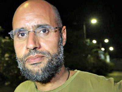 Libya, Tripoli : Saif al-Islam Kadhafi, son of Libyan leader Moamer Kadhafi, appears in front of supporters and journalists at his father's residential complex in the Libyan capital Tripoli in the early hours of August 23, 2011. (AFP Photo / Imed Lamloum)