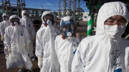 Workers in protective suits and masks wait to enter the emergency operation center at the crippled Fukushima Dai-ichi nuclear power station in Okuma on November 12, 2011 (AFP Photo / Pool)