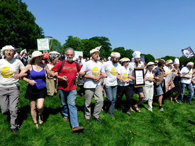 Anti-GM demonstrators join hands as they protest near Rothamsted Research in Harpenden, southern England (Reuters / Paul Hackett)