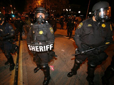 The police block streets near the Oakland City Hall as the Occupy Oakland protesters march towards the city hall on October 25, 2011 in California (AFP Photo / Kimihiro Hoshino)