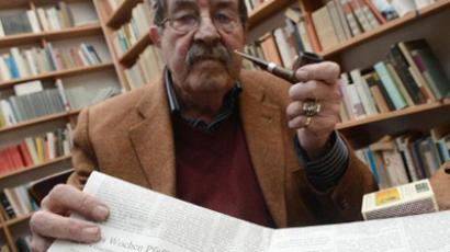 German Nobel literature laureate Gunter Grass poses with his poem for a photo at his house in the northern German town of Behlendorf on April 5, 2012 (AFP Photo / Marcus Brandt Germany Out)