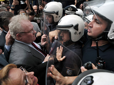 Police officers block doctors and lawyers who are trying to reach the Finance ministry to hold a meeting with ministers on October 17, 2012 in Athens. (AFP Photo/Louisa Gouliamaki)