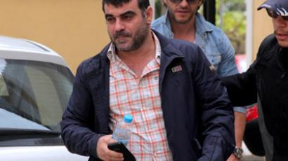 Kostas Vaxevanis (L) escorted by plain-clothed police during his arrest on October 28. (AFP Photo/Eurokinissi/Georgia Panagopoulou)