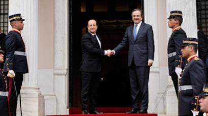 French President Francois Hollande (L) shakes hands with Greek Prime Minister Antonis Samaras during a reception ceremony in Athens February 19, 2013.(Reuters / John Kolesidis)