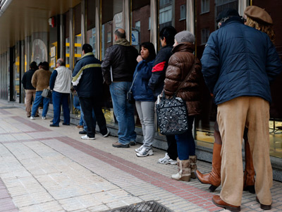 People queue outside a government employment office (AFP Photo / Cesar Manso)