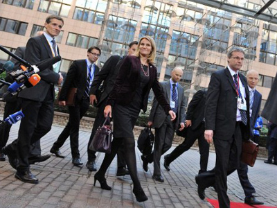 Danish Prime Minister Helle Thorning-Schmidt (C) arrives prior to an European Council at the Justus Lipsius building, EU headquarters in Brussels, on October 26, 2011 (AFP Photo / Georges Gobet)