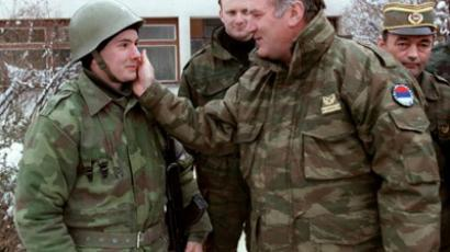 Commander of Serbian forces in Bosnia General Ratko Mladic (C) speaks to a Serbian soldier on February 15, 1994 (AFP Photo / Pascal Guyot)