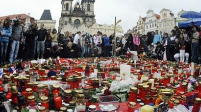 People pay tribute for the 43 victims of a plane disaster that wiped out the top ice hockey team of Lokomotiv Yaroslavl on September 8, 2011 in Prague's Old Town Square (AFP Photo / Getty Images)