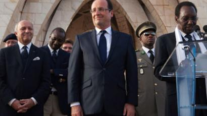France's President Francois Hollande (C) and France's Foreign Affairs Minister Laurent Fabius (L) stand as Mali's interim president Dioncounda Traore (R) speaks to a crowd at Independence Plaza in Bamako, Mali February 2, 2013.(Reuters / Joe Penney)