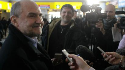 Herman Nackaerts (L), head of a delegation of the International Atomic Energy Agency (IAEA), talks to journalists on his way to Iran at the international airport in Vienna January 28, 2012 (Reuters / Herwig Prammer)