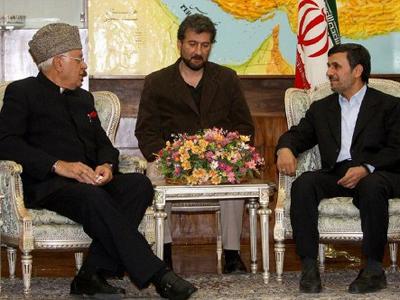 Mahmoud Ahmadinejad (R) and Indian Union Minister for renewable energy, Farooq Abdullah (L), in Tehran Iranian Presidency)