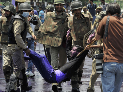 Indian policeman detain Kashmiri teachers during a protest in Srinagar on July 16, 2012 (AFP Photo / Tauseef Mustafa)
