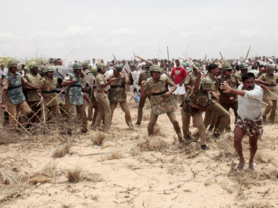 Indian police clash with protestors on the beach at Idinathakarai village near the Kudankulam Nuclear Power Plant in southern Tamil Nadu.(AFP Photo / STR)