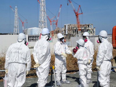 TEPCO worker (C) explains situation of stricken Fukushima Dai-ichi nuclear power plant to the journalists on February 28, 2012 (AFP Photo / Pool /Yoshikazu Tsuno)