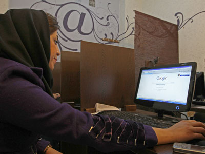 An Iranian woman surfs the internet at a cyber cafe in central Tehran (AFP Photo/Atta Kenare)