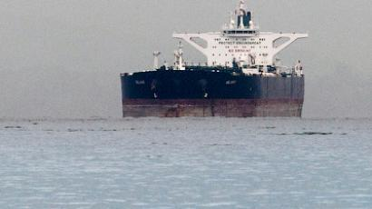 "Malta-flagged Iranian crude oil supertanker ""Delvar"" is seen anchored off Singapore March 1, 2012 (Reuters / Tim Chong)"