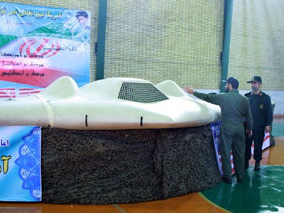 Iranian Revolutionary Guard, Brigadier General Amir-Ali Hajizadeh (R) looking at what Iranian officials claim is the US RQ-170 Sentinel high-altitude reconnaissance drone that crashed in Iran on December 4, 2011 displayed at an undisclosed location (AFP Photo)