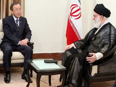 Ayatollah Ali Khamenei (R) and Ban Ki-Moon in Tehran on August 29, 2012 (AFP Photo / HO / Khamenei.ir)