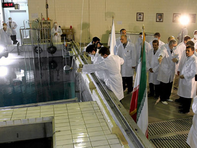 A handout picture released by Iranian President Mahmoud Ahmadinejad's official website shows him (R) listening to an expert during a tour of Tehran's research reactor center on February 15, 2012 (AFP Photo/PRESIDENT.IR)